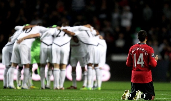 Swansea City 0-1 Manchester United - Javier Hernandez prays, and then scores on 11 minutes thanks to Ryan Giggs