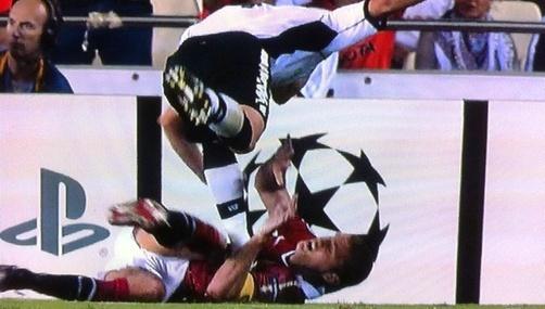 Valencia's David Navarro intentionally stamps on Manchester United captain Nemanja Vidic